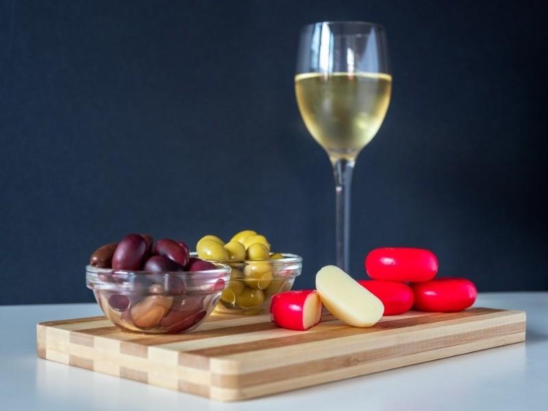 Как правильно подобрать закуску к вину