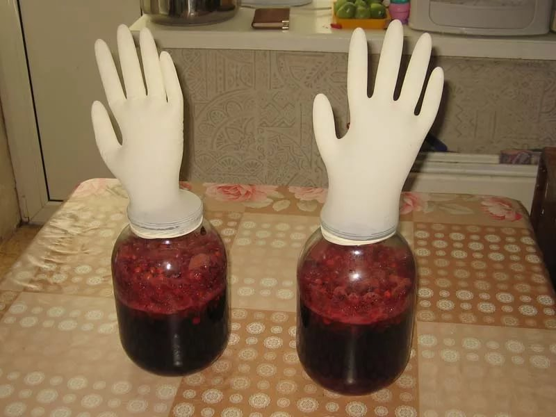 Надевают перчатку